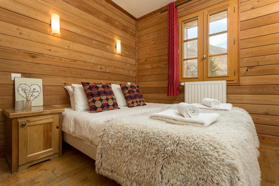 Rent in ski resort Les Chalets de l'Altiport - Alpe d'Huez - Double bed