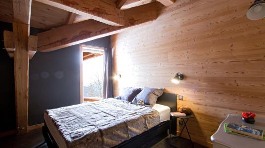 Rent in ski resort Chalet Nuance de Bleu - Alpe d'Huez - Bedroom under mansard