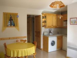 Location au ski Appartement 2 pièces coin montagne 4 personnes (132) - Les Chalets De La Cascade - Arêches - Cuisine ouverte