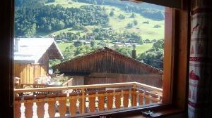 Location au ski Studio cabine 4 personnes (63) - Residence Le Bellecote - Arêches - Porte-fenêtre donnant sur balcon