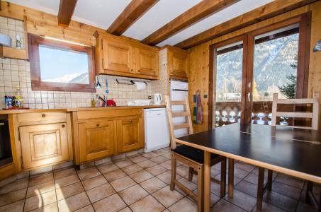 Rent in ski resort 8 room triplex chalet 12 people - Chalet le Tilleul - Chamonix - Kitchen