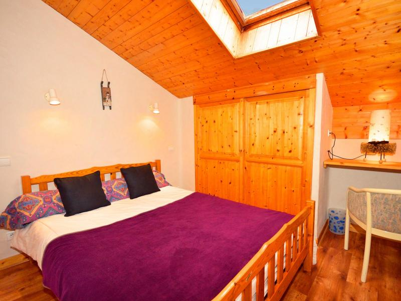 Rent in ski resort Chalet Grand Arbet - Champagny-en-Vanoise - Bedroom under mansard