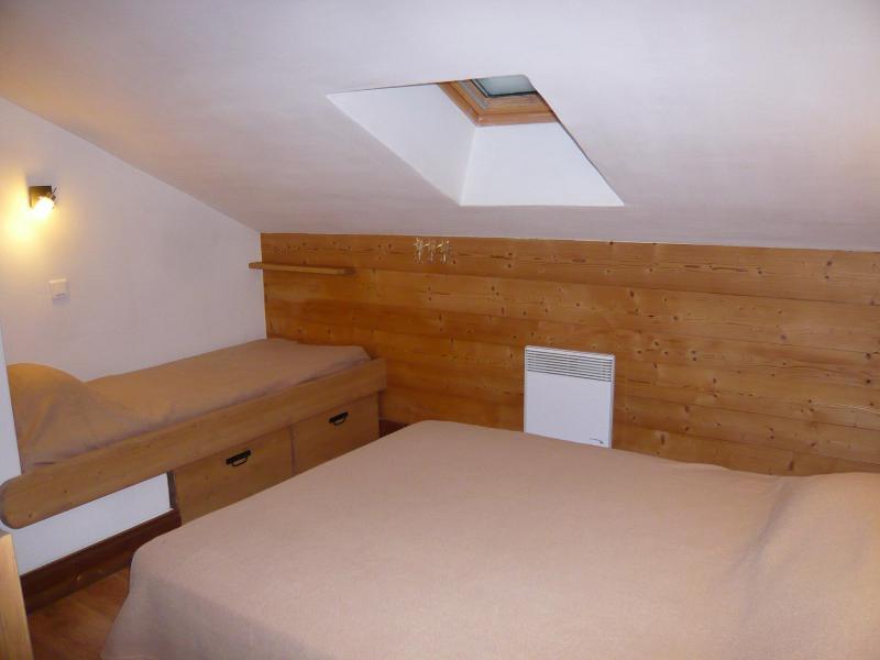 Rent in ski resort 3 room chalet 7 people - Résidence les Edelweiss - Champagny-en-Vanoise - Bedroom under mansard