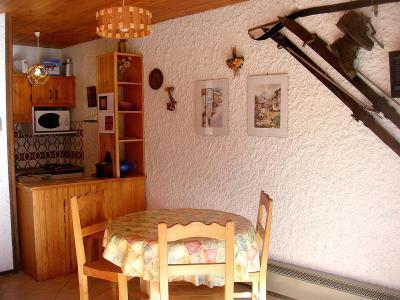 Rent in ski resort Studio sleeping corner 4 people (002CL) - Résidence les Primevères - Champagny-en-Vanoise - Table