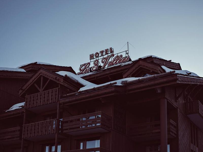 Location au ski Hotel Des 3 Vallees - Courchevel - Extérieur hiver