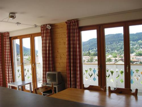 Wynajem na narty Apartament 3 pokojowy 6 osób - Chalets Domaine les Adrets - Gérardmer - Drzwiami balkonowymi