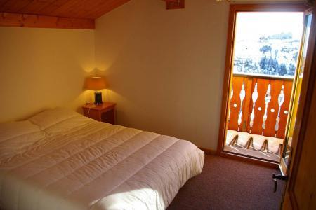 Rent in ski resort Les Chalets des Alpages - La Plagne - Bedroom under mansard
