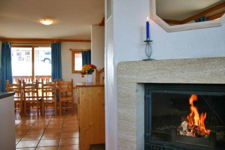 Rent in ski resort Les Chalets des Alpages - La Plagne - Fireplace