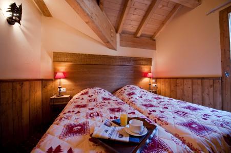 Rent in ski resort Résidence Chalet le Refuge la Rosière - La Rosière - Bedroom under mansard