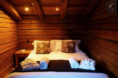 Rent in ski resort Chalet Elliot Est - La Tania - Bedroom under mansard
