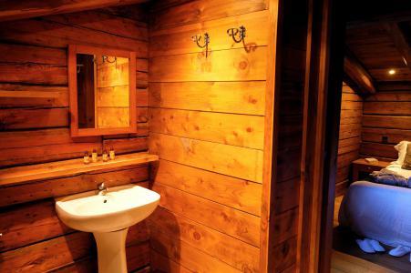 Rent in ski resort Chalet Elliot Est - La Tania - Wash-hand basin