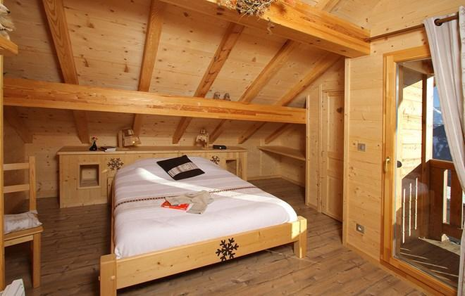 Rent in ski resort Chalet le Reflet des Aiguilles - La Toussuire - Bedroom under mansard