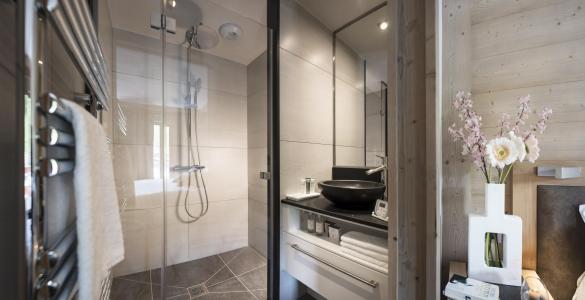 Rent in ski resort Résidence le Roc des Tours - Le Grand Bornand - Shower