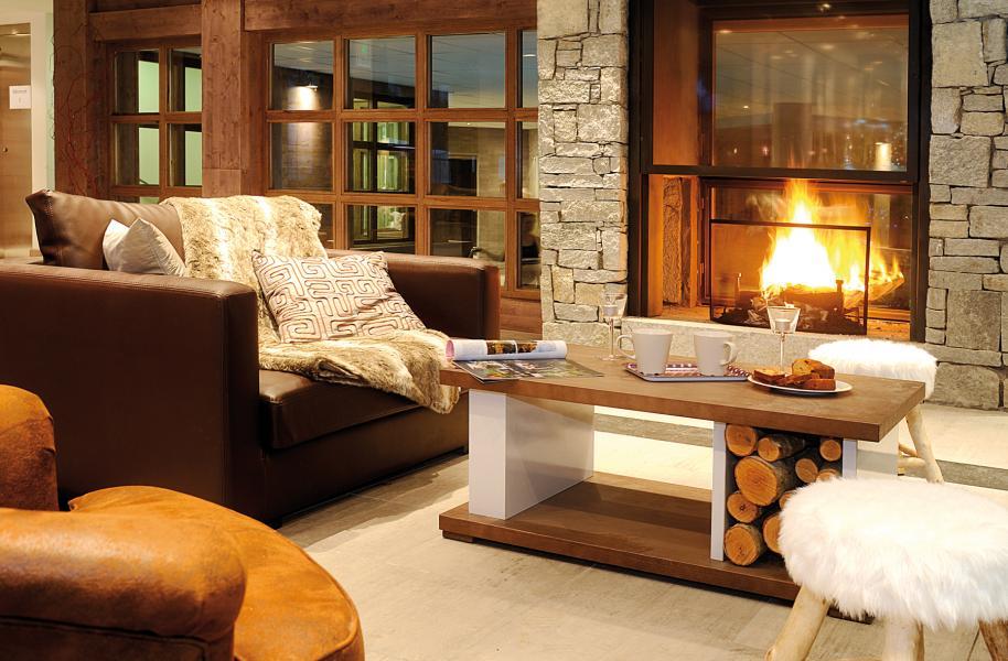 Location au ski Résidence Lagrange les Fermes d'Emiguy - Les Gets - Cheminée