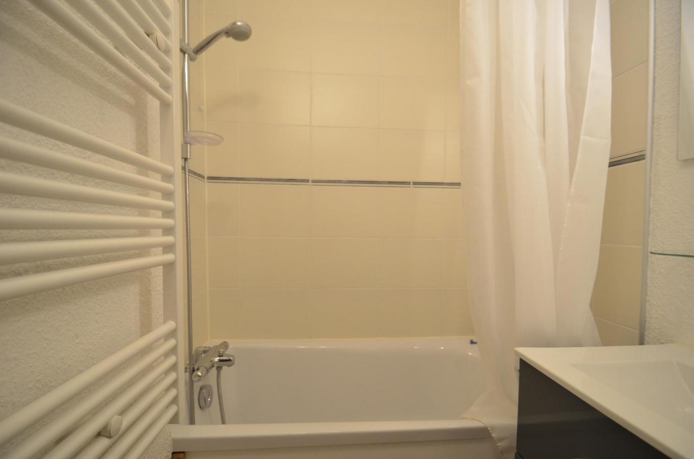Location au ski Appartement 2 pièces 4 personnes (B76) - Residence Le Jettay - Les Menuires - Baignoire