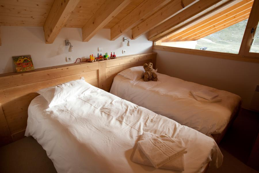 Rent in ski resort Chalet la Dame Blanche - Les Menuires - Bedroom under mansard