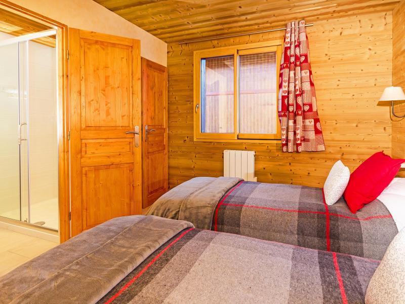 Rent in ski resort Chalet Perle des Trois Vallées - Les Menuires - Bedroom