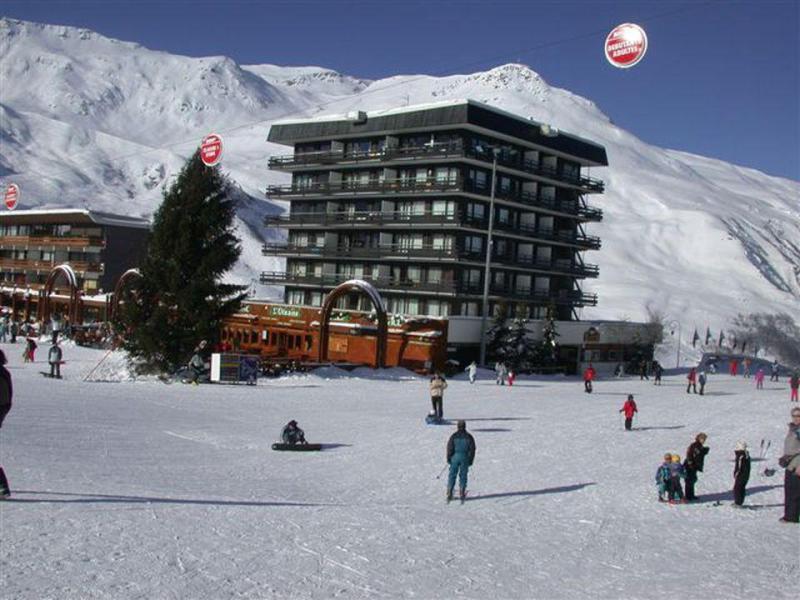 Vacances en montagne Résidence Oisans - Les Menuires - Extérieur hiver