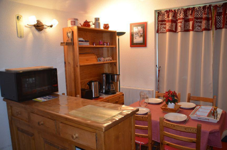 Location au ski Studio cabine 4 personnes (509) - Résidence Sarvan - Les Menuires - Table