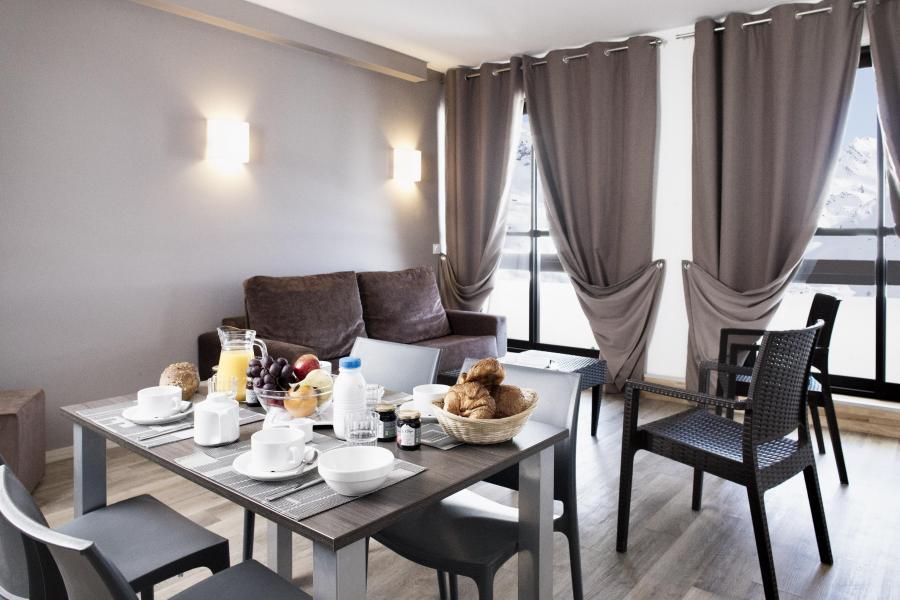 Rent in ski resort Résidence Soleil Vacances les Menuires - Les Menuires - Table