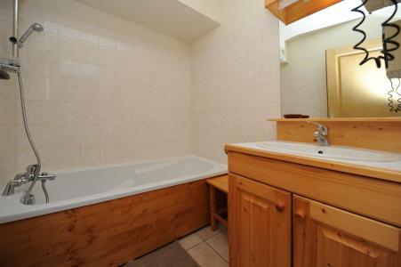 Rent in ski resort 3 room apartment 6 people - Chalet Cristal - Les Menuires - Bath-tub