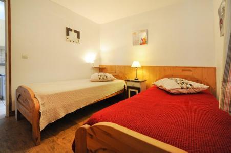 Rent in ski resort 3 room apartment 6 people - Chalet Cristal - Les Menuires - Bedroom
