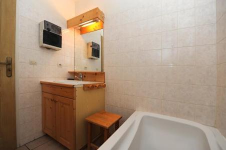 Rent in ski resort 6 room duplex apartment 13 people - Chalet Cristal - Les Menuires - Bath-tub