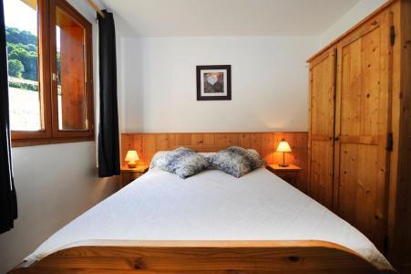 Rent in ski resort 6 room duplex apartment 13 people - Chalet Cristal - Les Menuires - Bedroom