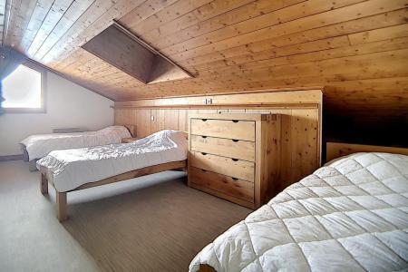 Location au ski Appartement 4 pièces 10 personnes (28) - Residence Les Cristaux - Les Menuires - Chambre mansardée