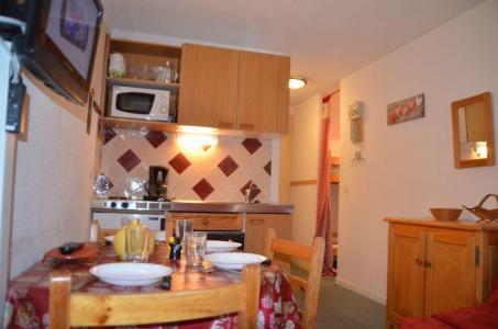 Location au ski Studio cabine 2 personnes (409) - Residence Sarvan - Les Menuires - Table
