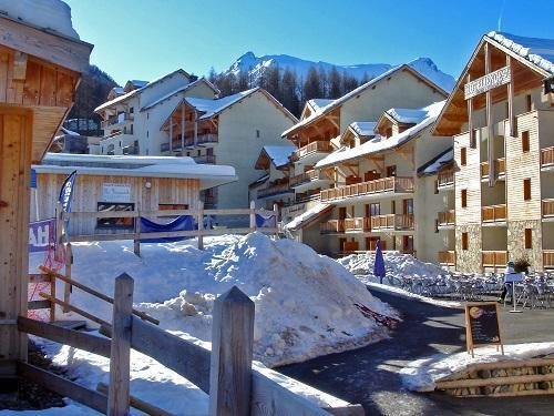 Vacances en montagne Les Terrasses Du Soleil D'or - Les Orres - Extérieur hiver
