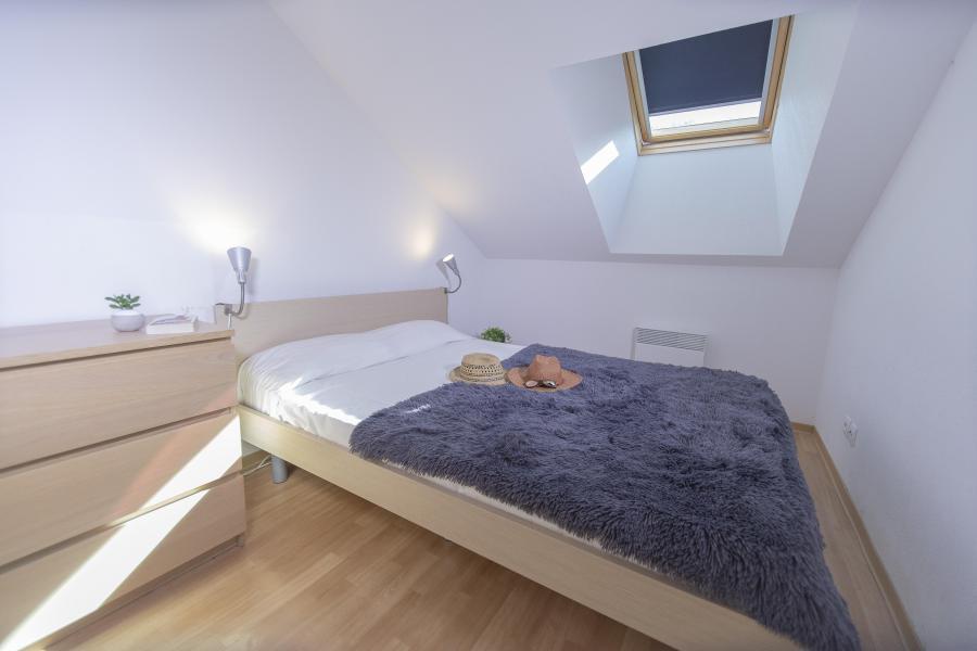 Rent in ski resort Les Terrasses du Soleil d'Or - Les Orres - Bedroom under mansard