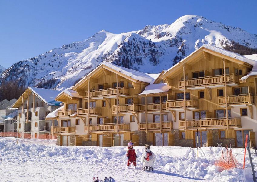 Urlaub in den Bergen Résidence le Parc des Airelles - Les Orres - Draußen im Winter