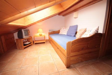 Rent in ski resort 4 room mezzanine apartment 8 people (FERJ07) - Les Fermes du Beaufortain J - Les Saisies - Mezzanine under mansard (-1,80 m)
