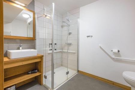 Rent in ski resort Résidence Club MMV Les Chalets des Cîmes - Les Saisies - Shower