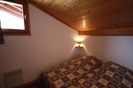 Rent in ski resort 3 room mezzanine apartment 8 people (020) - Résidence le Byblos - Les Saisies - Bedroom under mansard