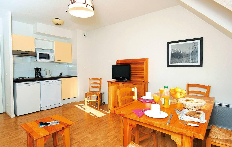 Rent in ski resort Résidence Illixon - Luchon-Superbagnères - Table