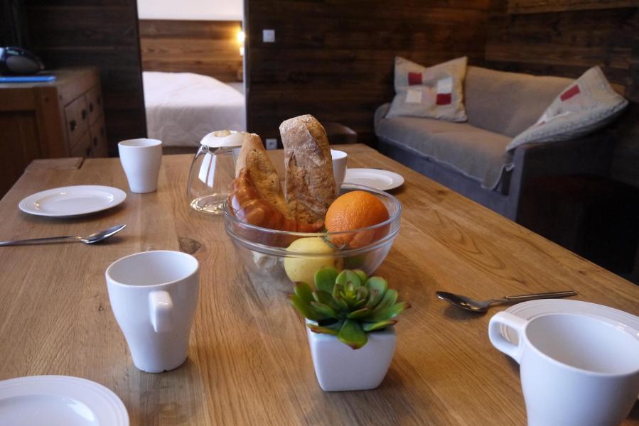 Location au ski Appartement 2 pièces 4 personnes (031) - Résidence Cembros - Méribel-Mottaret - Table