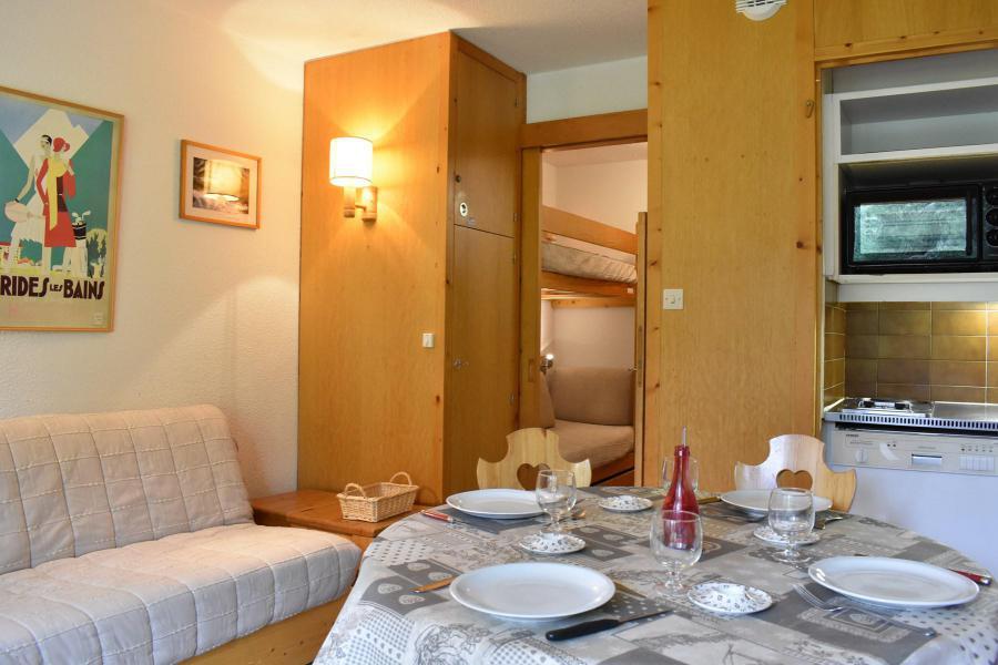 Location au ski Studio coin montagne 4 personnes - Résidence Eperonnelles - Méribel - Table