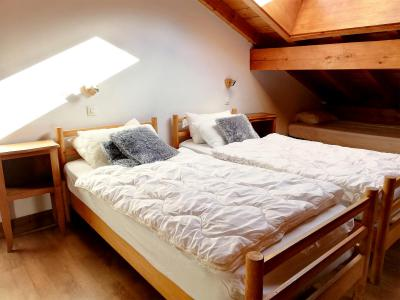 Rent in ski resort Chalet Le Lys Blanc - Méribel - Bedroom under mansard
