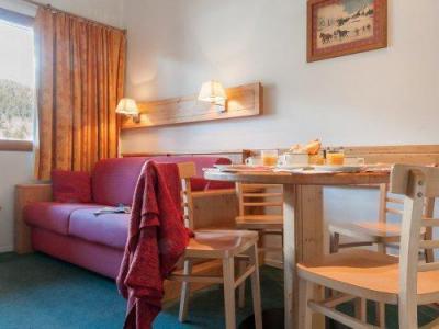 Rent in ski resort Résidence Pierre & Vacances le Peillon - Méribel - Table