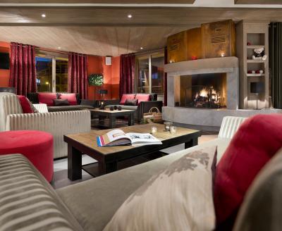 Rent in ski resort Le Chalet des Dolines - Montgenèvre - Fireplace