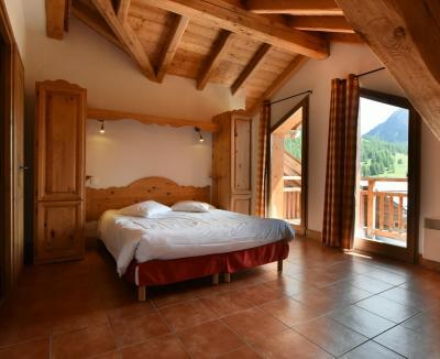 Rent in ski resort Résidence Club MMV le Hameau des Airelles - Montgenèvre - Bedroom under mansard
