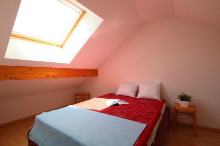 Rent in ski resort 2 room duplex apartment 5 people (RUFIN10) - Résidence La Grosse Pierre - Montgenèvre - Bedroom under mansard