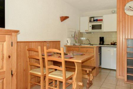 Rent in ski resort Studio sleeping corner 4 people (203) - Résidence le Golf - Montgenèvre - Table