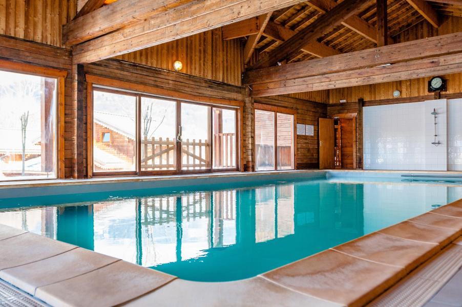 Location au ski Les Chalets du Bois de Champelle - Morillon - Piscine