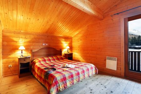 Rent in ski resort Les Chalets du Bois de Champelle - Morillon - Bedroom under mansard