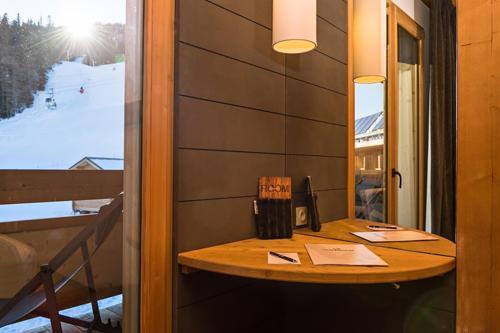 Location au ski Hôtel le Marmotel - Pra Loup - Porte-fenêtre donnant sur balcon