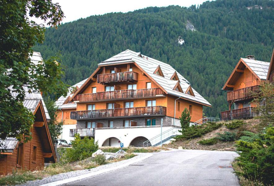 Vacances en montagne Résidence Les Chalets de Praroustan - Pra Loup - Extérieur hiver