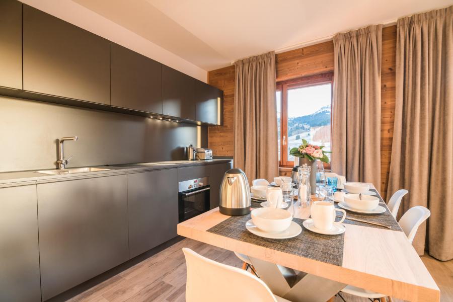 Ski verhuur Résidence Les Portes de Megève - Praz sur Arly - Open keuken